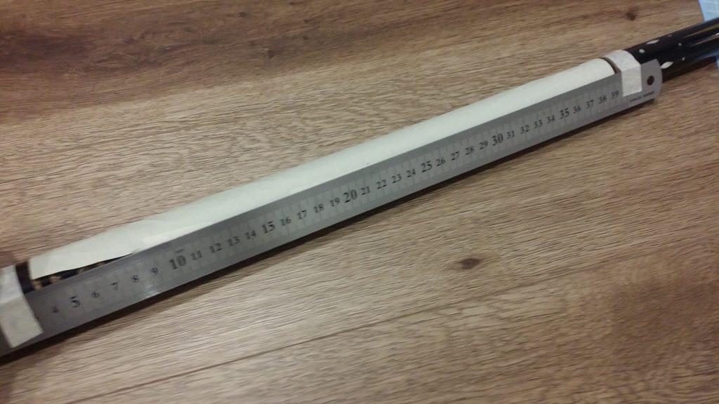 定規を継ぎ目に合わせてテープで固定し、継ぎ目のラインにボールペンで線を引きます。