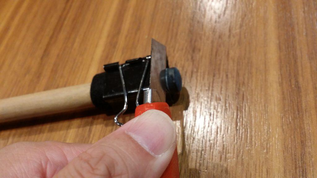 カッターで樹脂タップを切り落とす