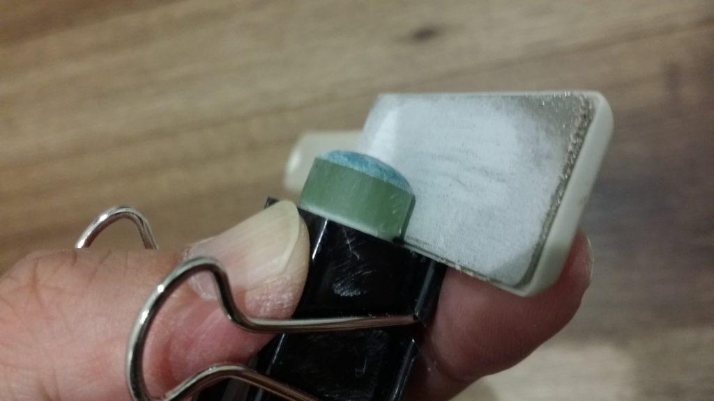 ダブルクリップで先角を養生して樹脂タップを削る